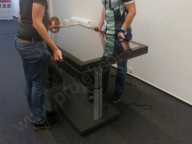 Kapacitní dotykový stůl